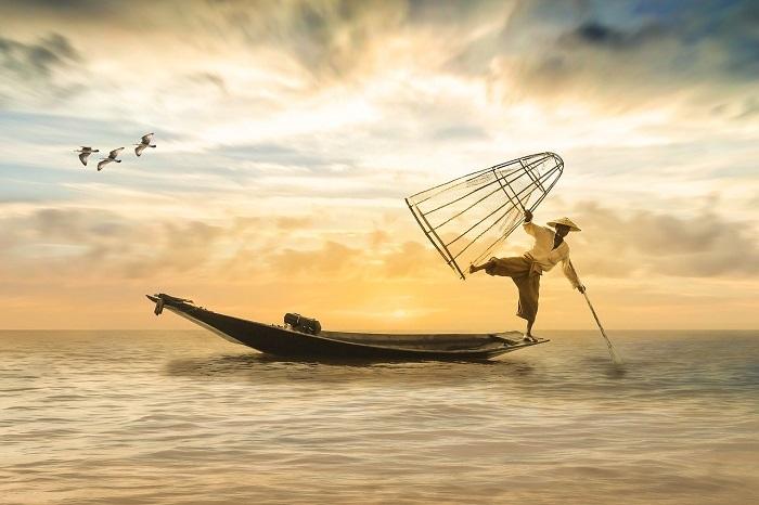 Homme sur une barque